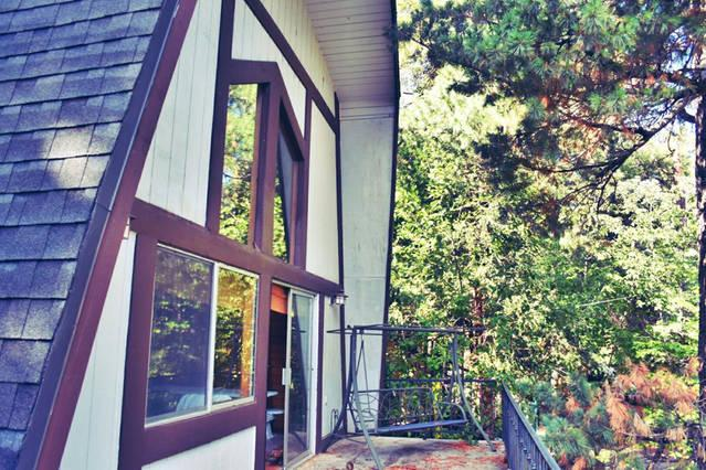 Enrouler autour de terrasses avec meubles de patio et foyer avec l'odeur de pin fraîche tout autour de vous