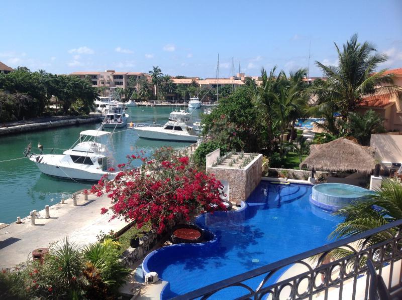 2BR luxe Villa Marina. Cuisine complète, espace salle à manger et terrasse spacieuse. 5 min pied de la plage.