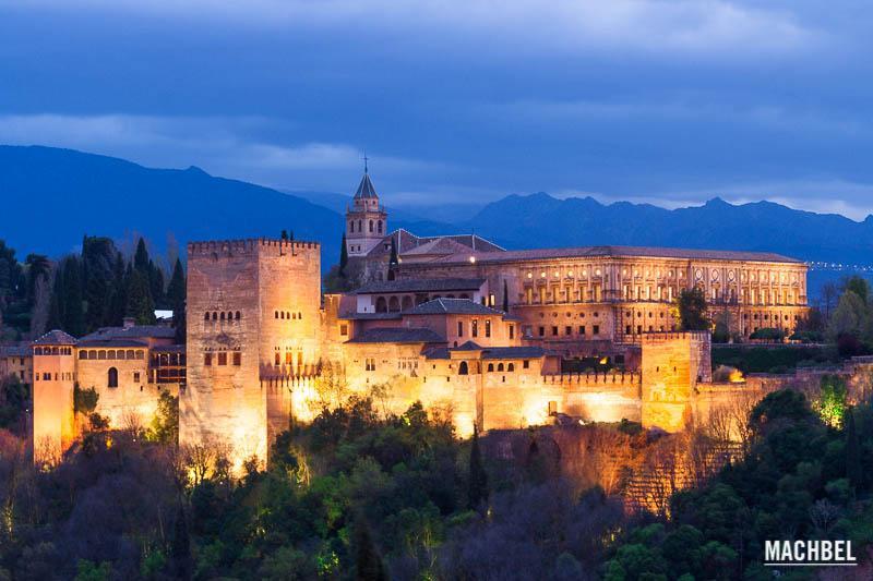 Impresionante vista al atardecer de la Alhambra de Granada.