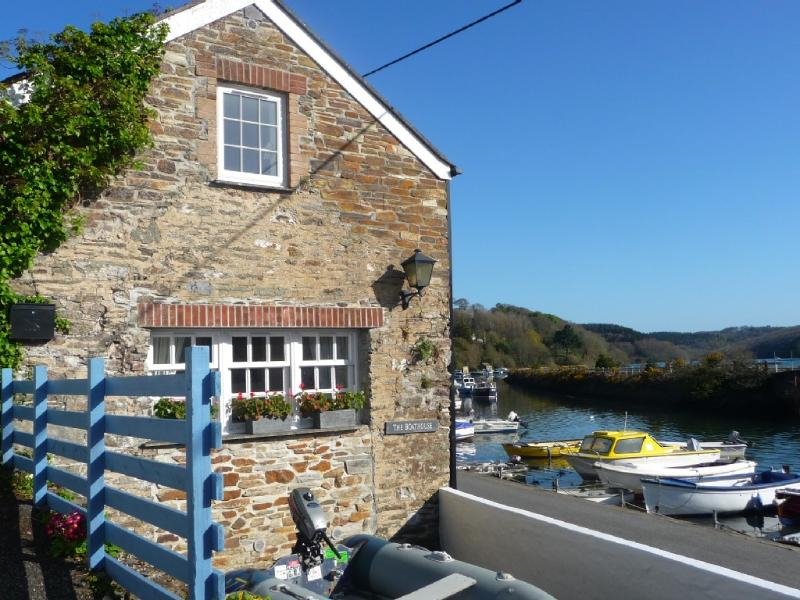 Waterside Cottage on the spectacular Fowey River in Golant, holiday rental in Lerryn