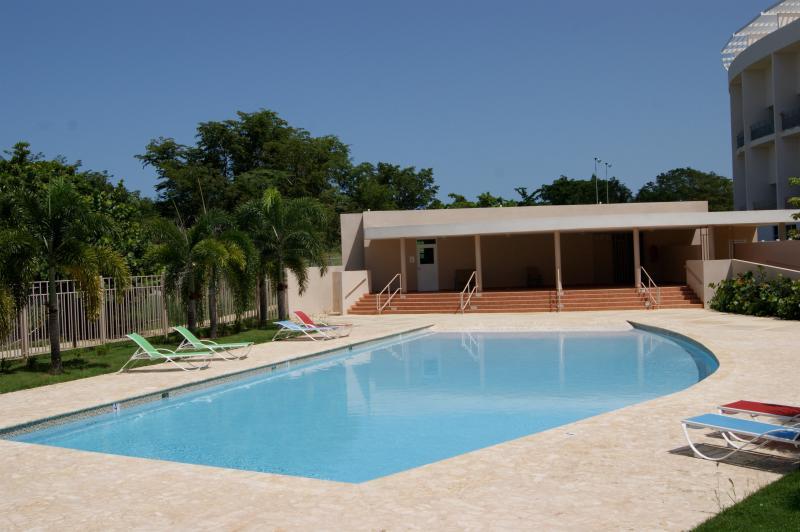 Piscina y gazebo piscina con mini gimnasio y baños.