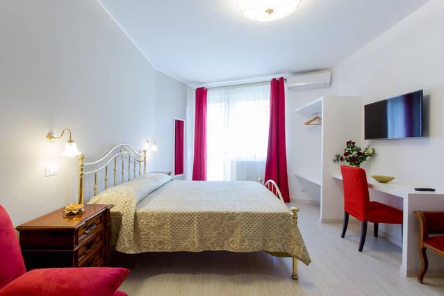 Das rote Zimmer, Dreibettzimmer, elegante und geräumige Zimmer, Bad/WC und Balkon für Raucher