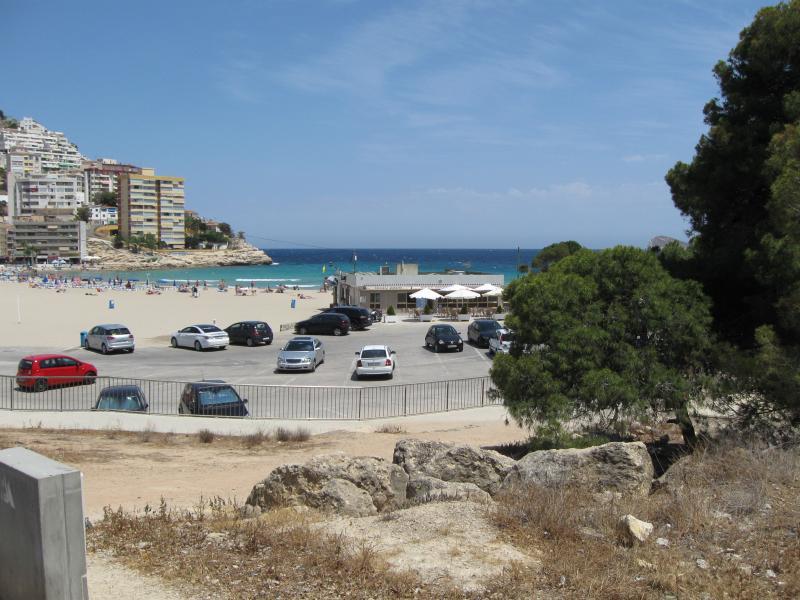 plage confortable de sable de la baie à 250 mètres de l'appartement