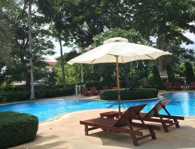 Beachfront resort living with ease!, alquiler vacacional en Ban Khao Takiap