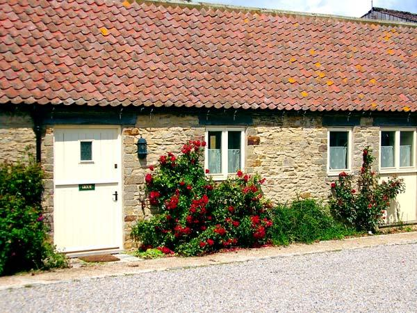 GROUSE COTTAGE, pet-friendly, woodburner, character cottage, with a garden in, holiday rental in Kirkbymoorside