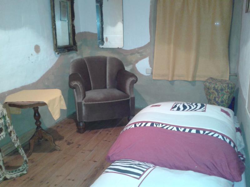Das kleine Gelbe. Ein Bett./ The little yellow one, one bed.
