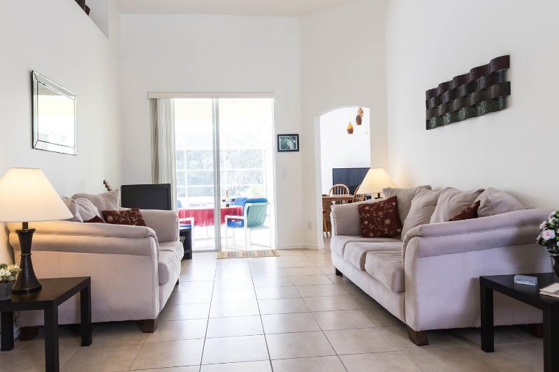 Segunda sala de estar, com vista para o deck, piscina e reserva.