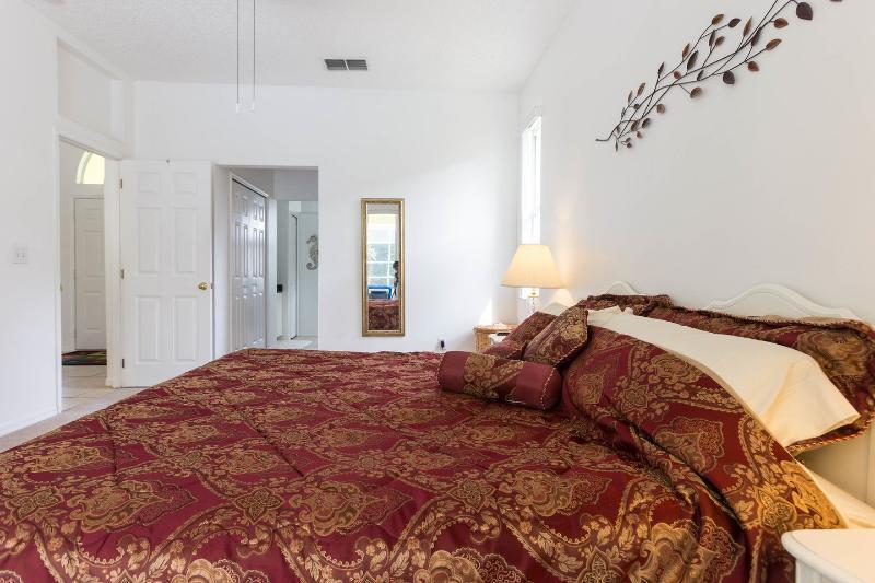 O quarto principal - grande, confortável americano cama king size.