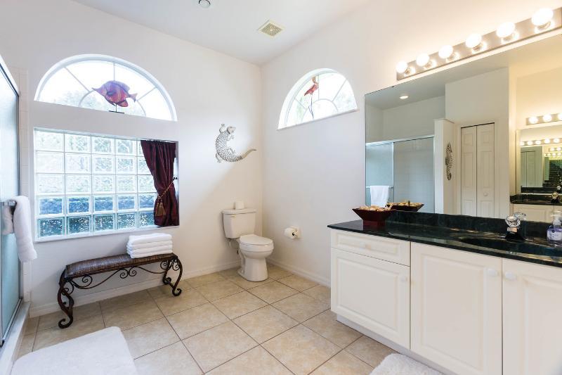 O banheiro principal.