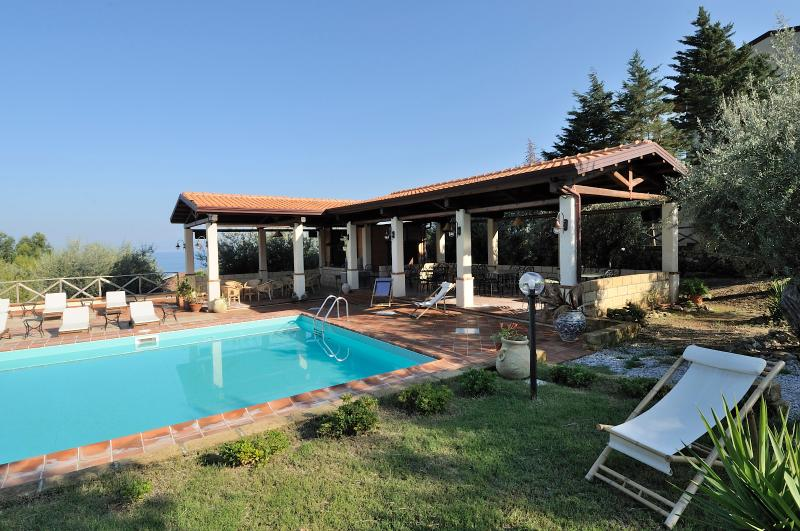 Pool, beach and relax! 6 people - Apartment Pini, holiday rental in Patti