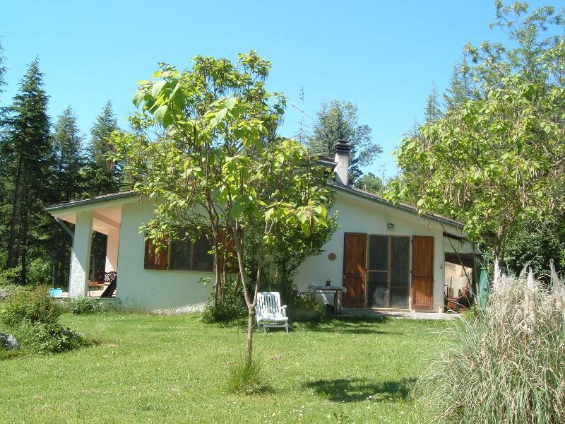 Villa in campagna con lago, location de vacances à Gubbio