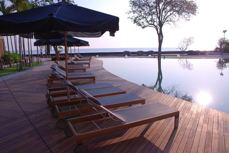 Pôr do sol na piscina à beira-mar