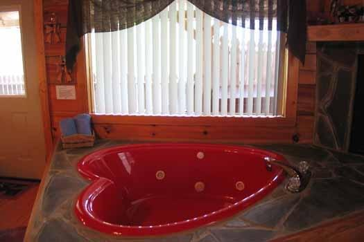 Heart Shaped jacuzzi op Forever Yours