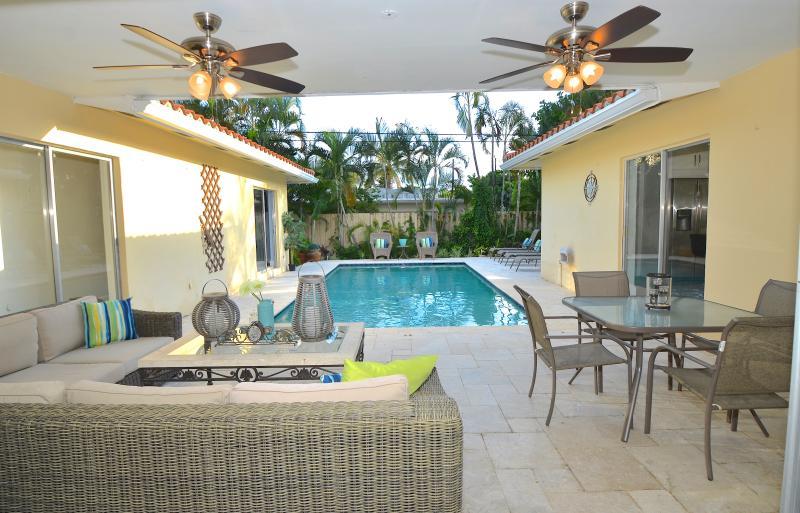 Stunning (Privato) Piscina riscaldata Lounge propone una cucina + divano + Chaise + barbecue ...