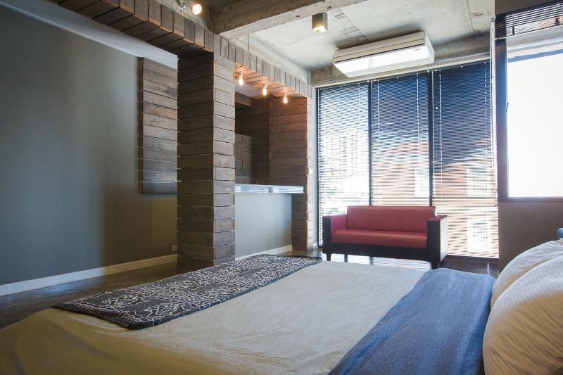 Habitación muy grande con una cama muy grande.