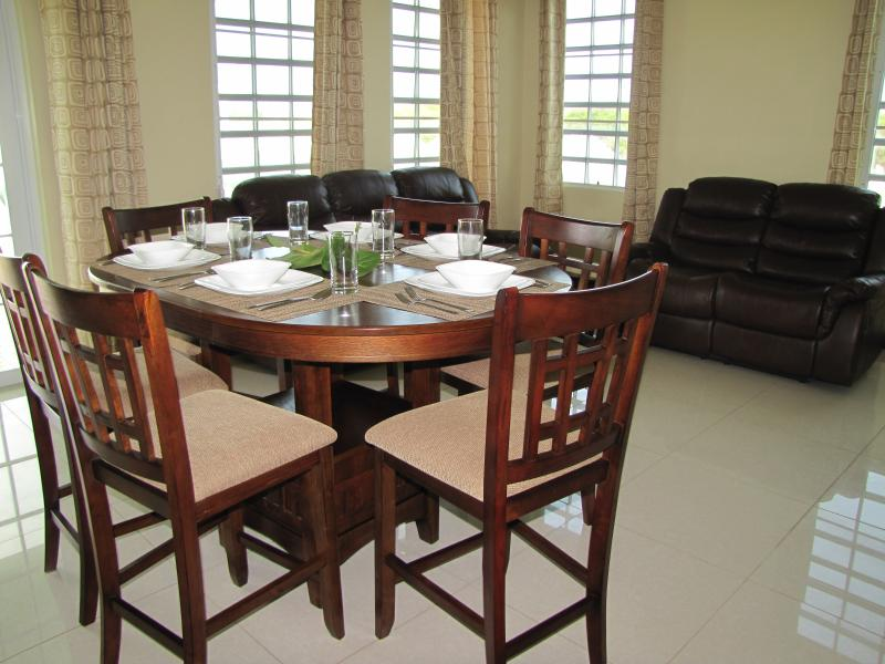 Deluxe Villa - Living/Dining Area