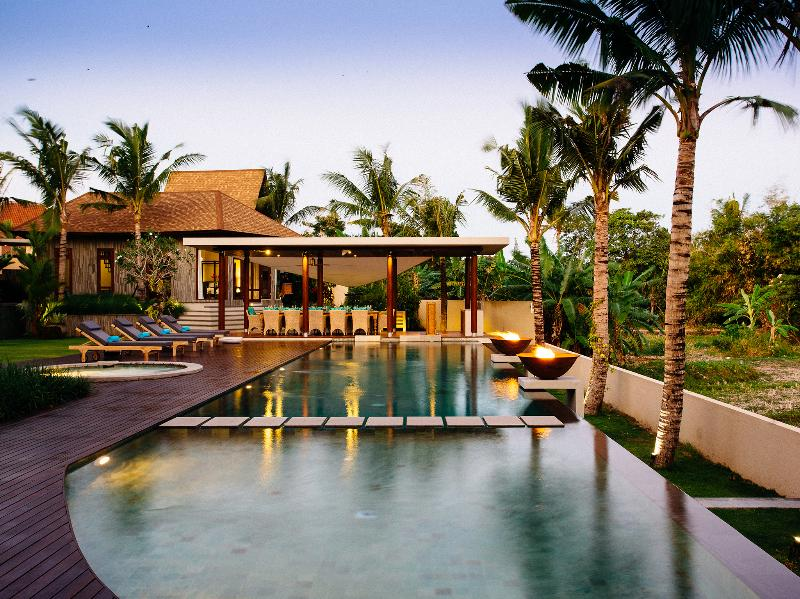 Villa Umah Daun - Pool and outdoor dining at dusk