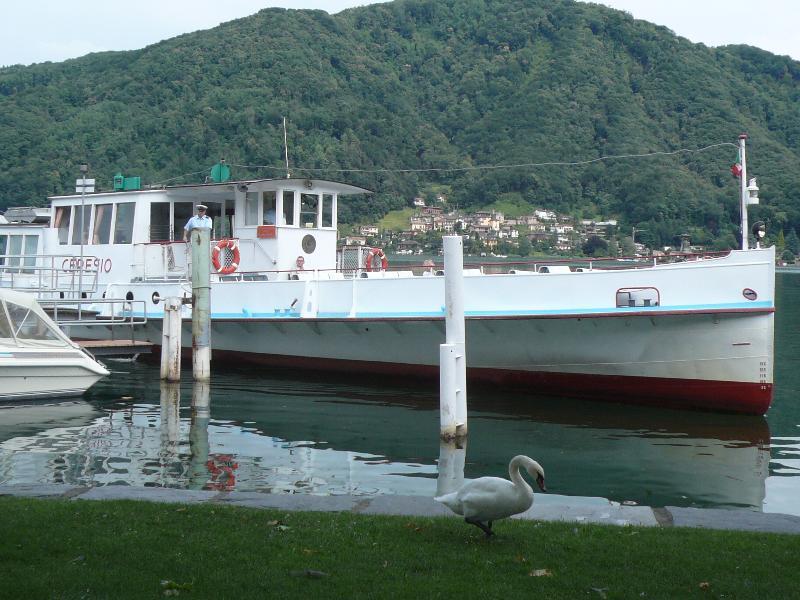 Barcos de correr na temporada de Verão de Ponte Tresa para Morcote & Lugano