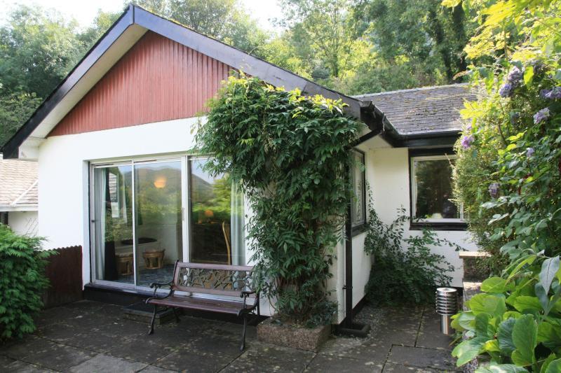 Delante de las ventanas francesas hay un patio con vistas encantadoras sobre el valle.