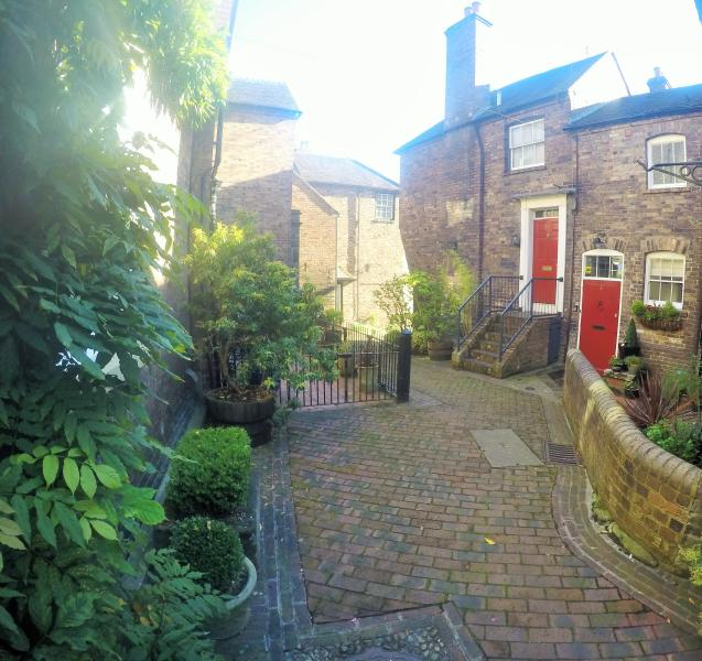 Ironbridge View Townhouse set in a small courtyard, yards from the Iron Bridge. Restaurants nearby