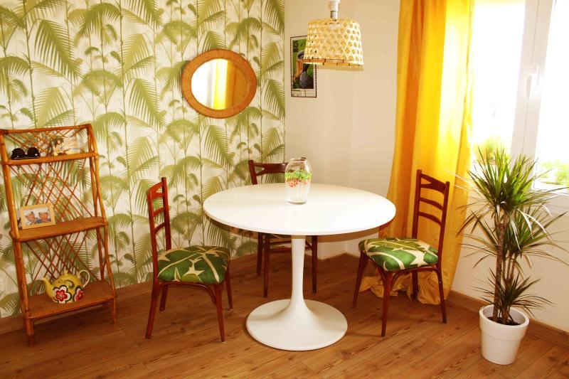 Apartamento de 2 dormitorios cerca de la Giralda, nº licencia turística AFT190, holiday rental in Lora del Rio