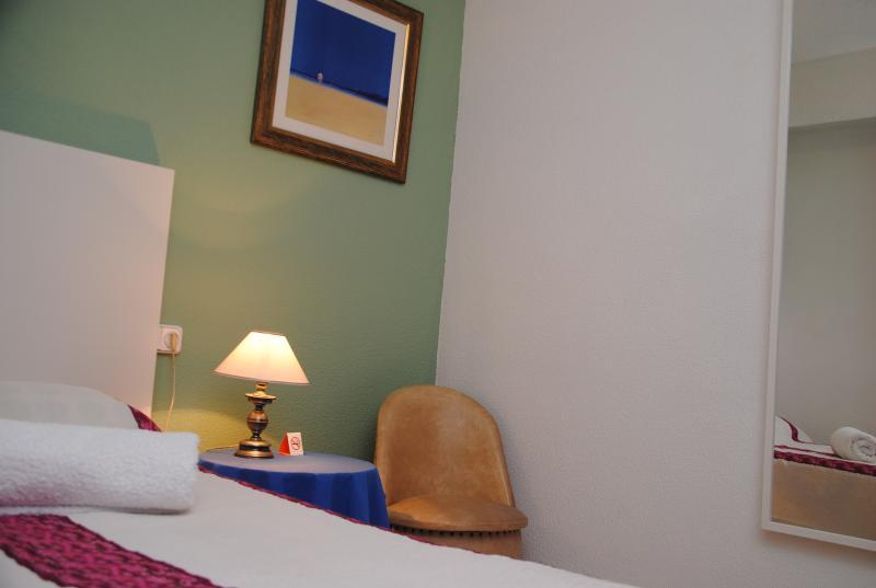 Habitación cama 1.05 m, espejo, armario y sinfonier con cajones