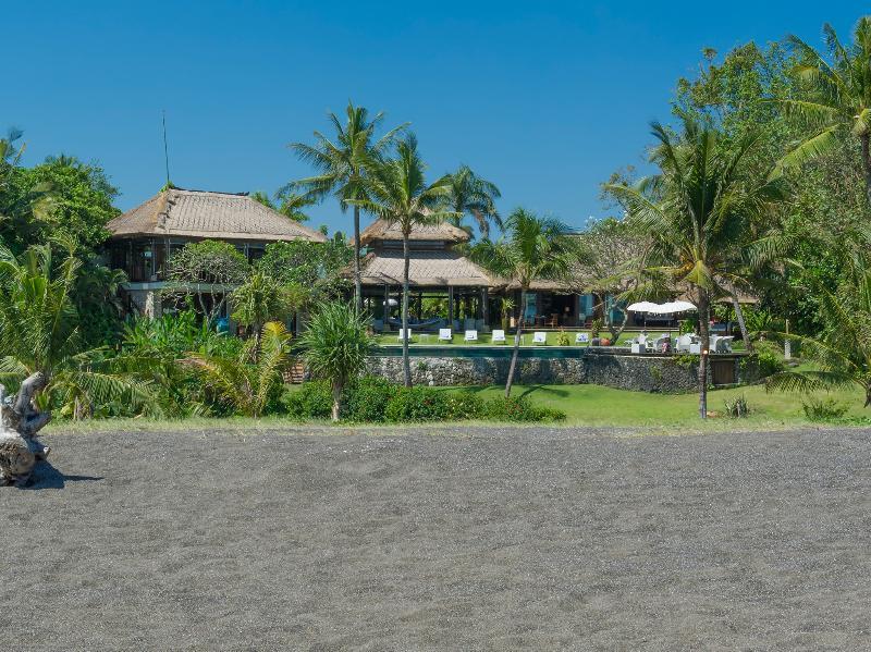 Villa Sungai Tinggi - Beach and villa view