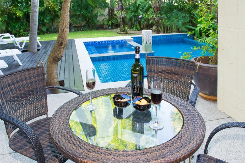 Beach Villa daily maid Wi-fi electricity all inc, alquiler de vacaciones en Jomtien Beach