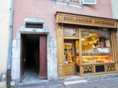 Entrée du bâtiment à côté de la boulangerie (et ses gourmandises...)