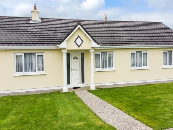 4 GLENWOOD, open fires, en-suite, enclosed garden, peaceful position and great, vacation rental in Mallow