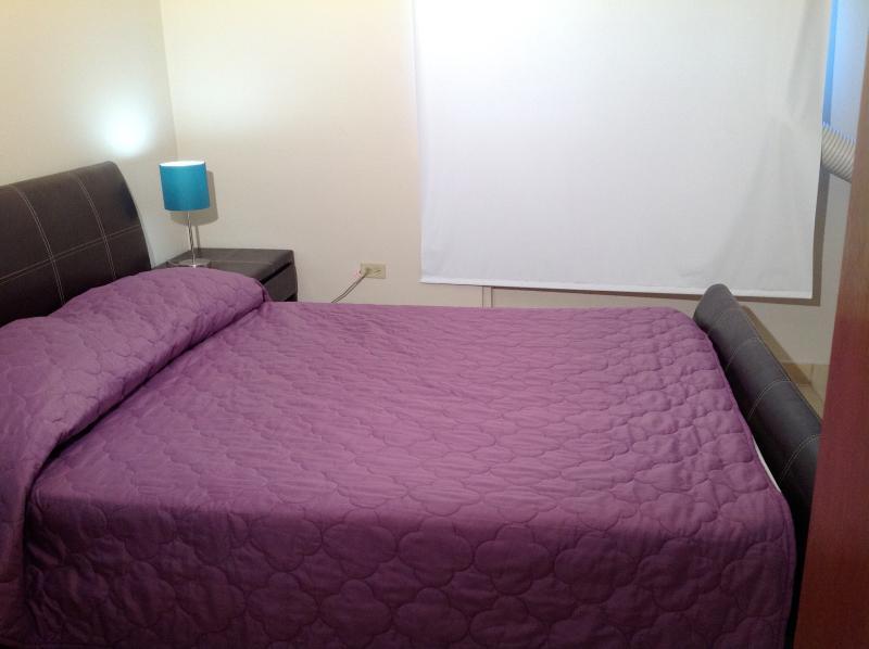 Maestros la reina bed, aire acondicionado y ventilador de techo.