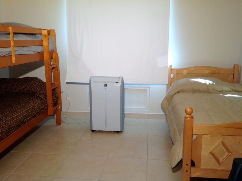 Segundo dormitorio tiene litera twin/de matrimonio + 1 cama twin + 1 doble cuna.