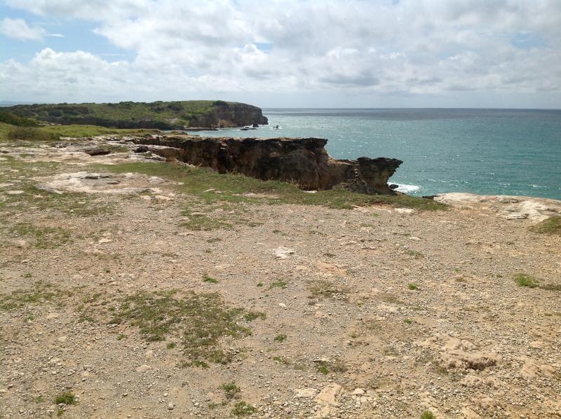 Vista parcial de los acantilados del faro.  Junto al faro es la playa Bahia Sucia.