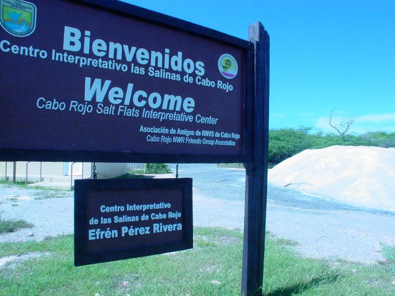 Salinas Bienvenidos signo. Monte de sal a la derecha.
