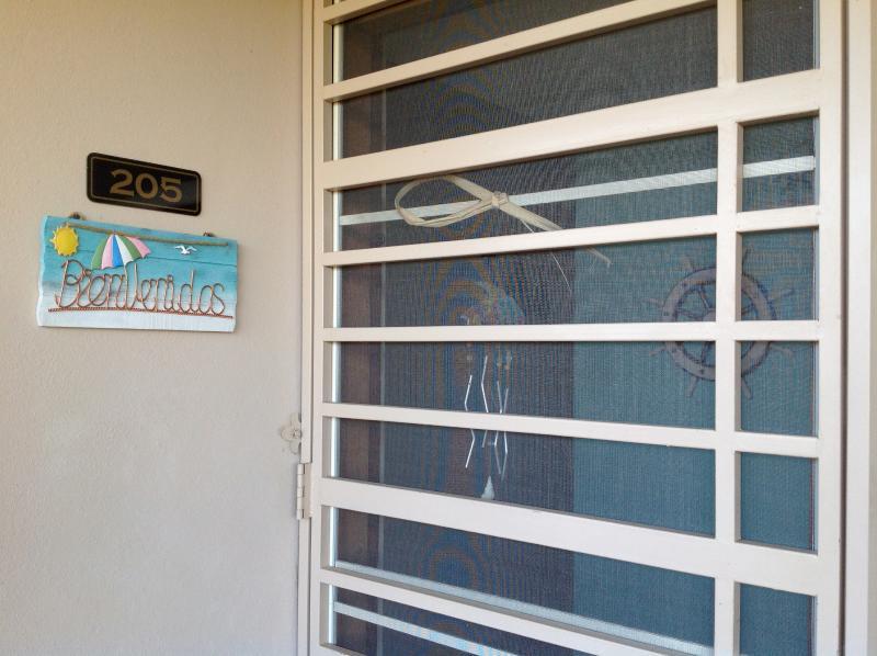 Nuestro apartamento entrada puerta puerta.