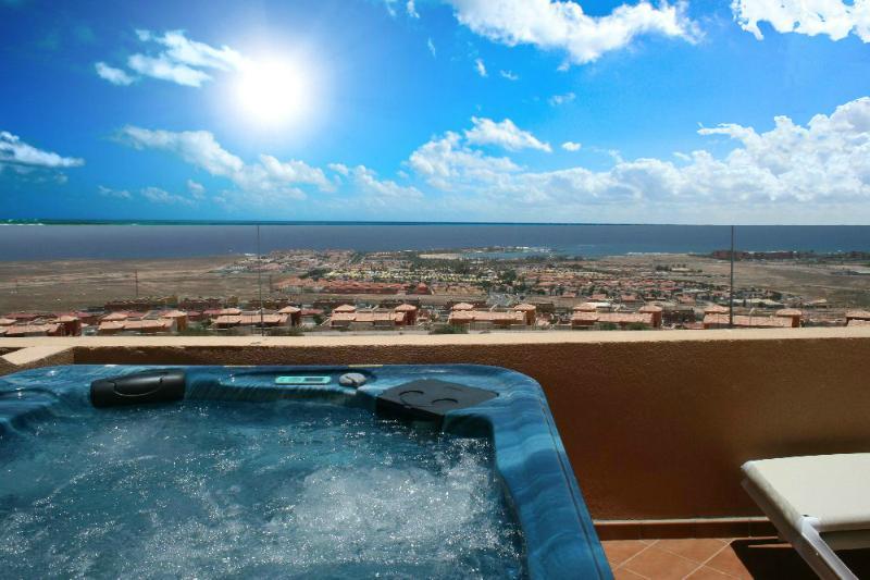 Disfrutar de la vista, una copa de vino y relajarse en el gran vapor 5 plazas bañera de hidromasaje.