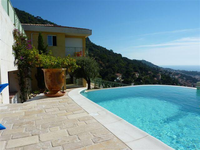 JdV Holidays Villa Amandier, 3 bedrooms and pool with amazing views over Nice!, location de vacances à Saint-André-de-la-Roche