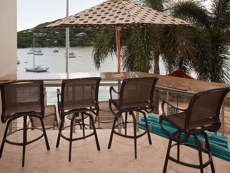 O bar 10-Great Room tem vista para o deck da piscina e a Great Cruz Bay