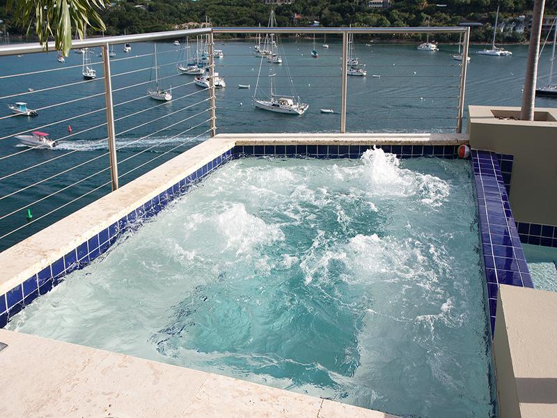 Banheira de hidromassagem com cascata na piscina de borda infinita