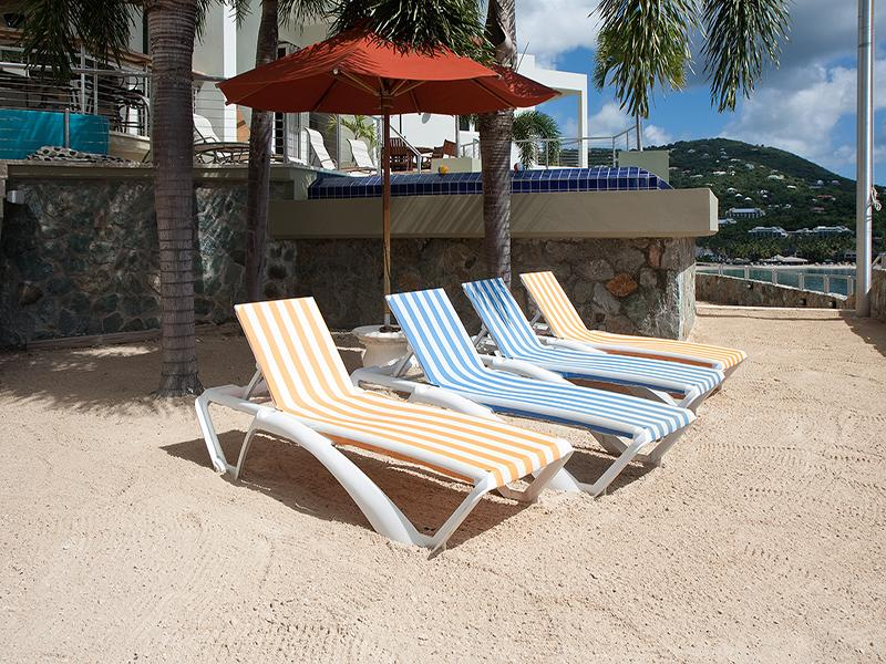 23-'Bulkhead Beach 'envolve o deck da piscina