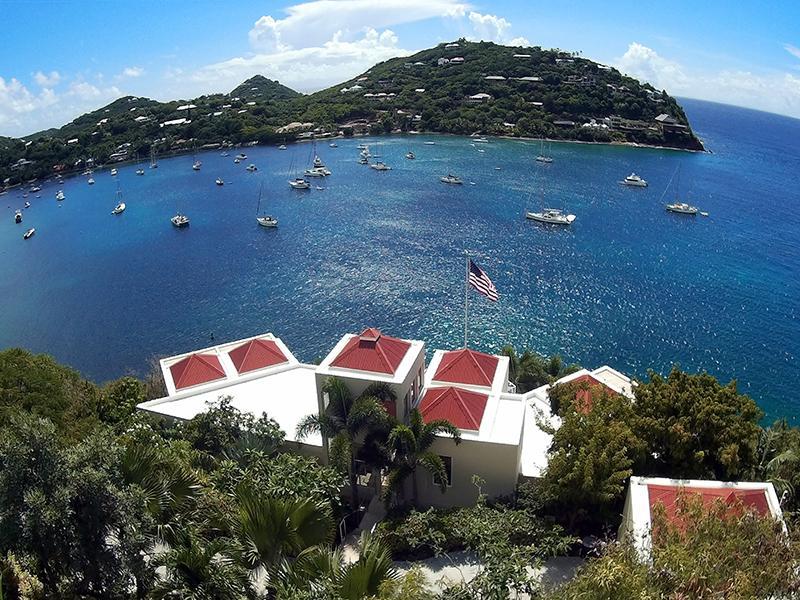 Vista aérea da vila e da baía