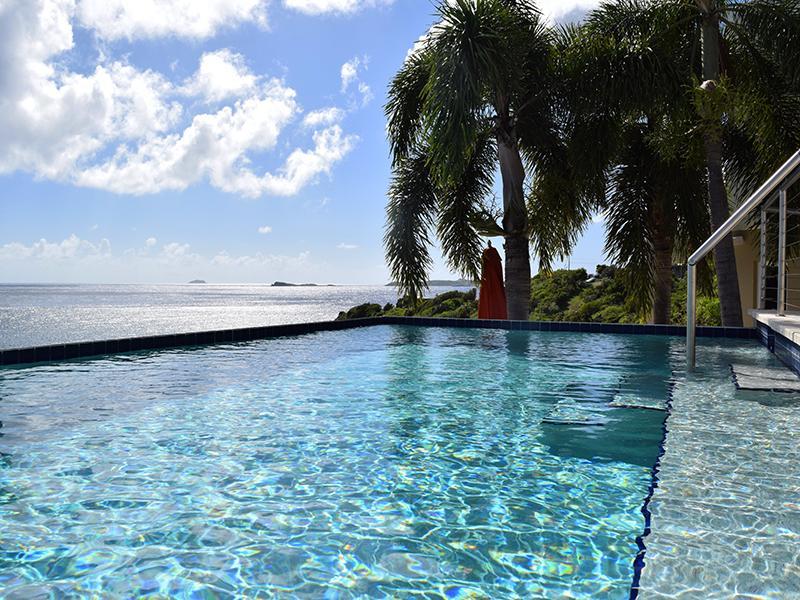 Com vista para a piscina de borda infinita em direção ao mar do Caribe