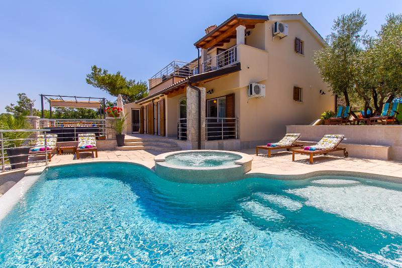 Villa Avemar, Waterfront With Private Pool, casa vacanza a Banjole