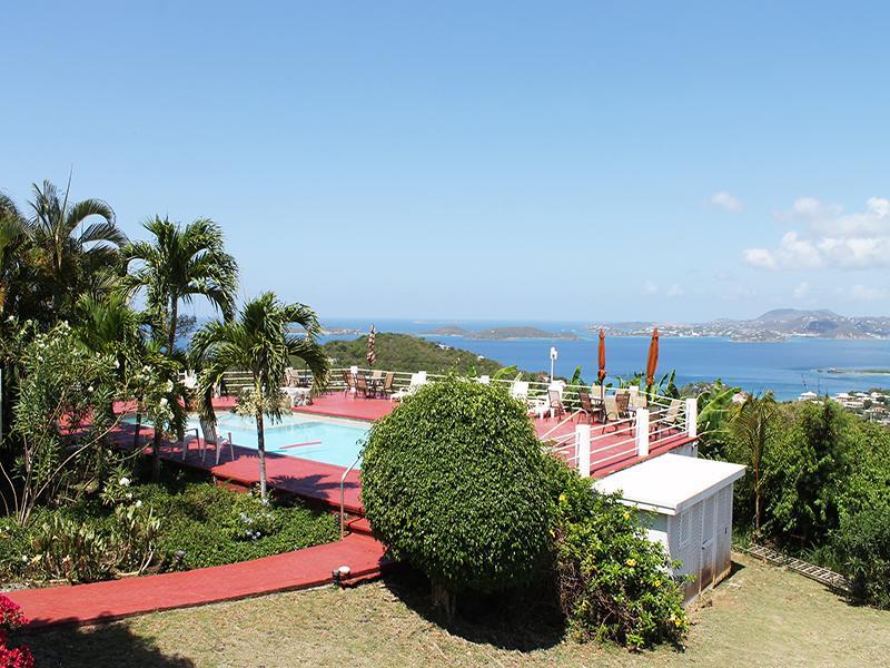 Sunset Ridge Villa B tem vista para a piscina com belas vistas do oceano