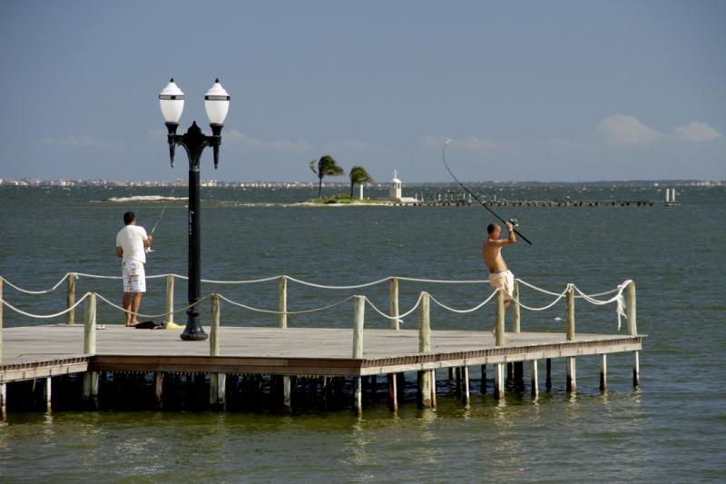 Angeln am Pier Iguaba Grande