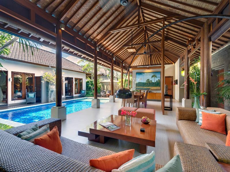2. Lakshmi Villas - Toba - Woonkamer met uitzicht op zwembad