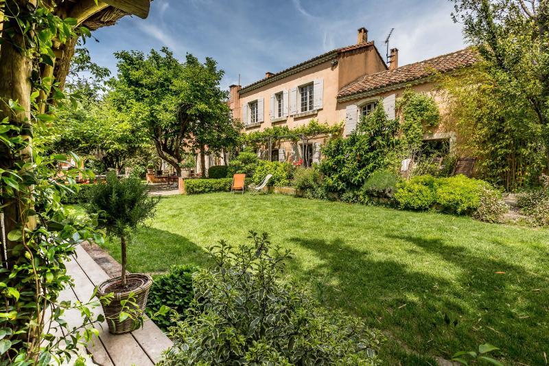 La Part des Anges Vacation House with a Grill and Terrace, location de vacances à Paradou
