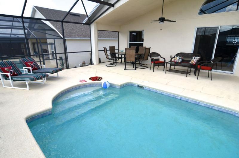 terrasse de la piscine spacieuse avec des sièges et des chaises