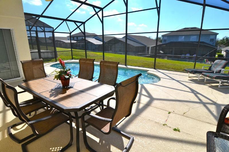 terrasse de la piscine spacieuse avec coin repas ombragé