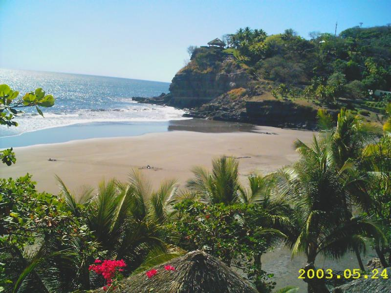 Small Hideaway on a Romantic small Private Beach, holiday rental in El Sunzal
